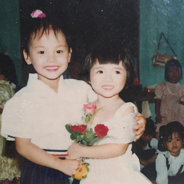 Bảo Thanh (trái) là cô bé thân thiện, hay cười. Yêu ca hát, nữ diễn viên là cây văn nghệ từ thời mẫu giáo.