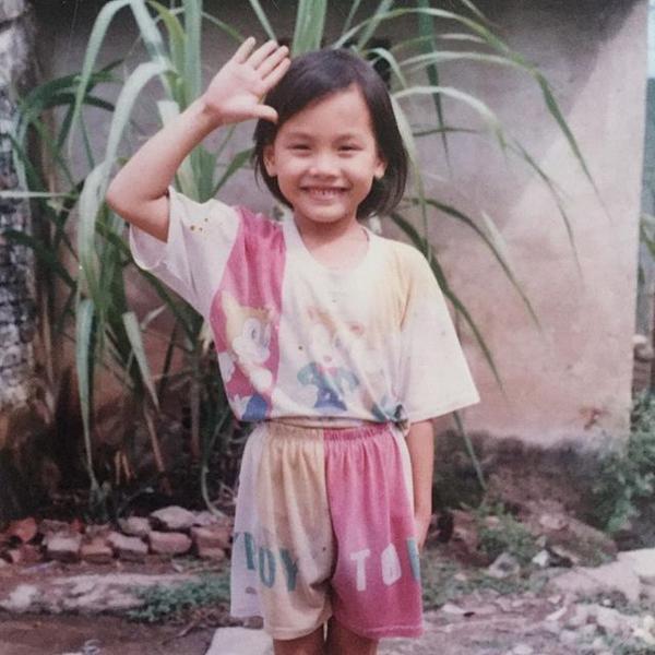Bảo Thanh hồi bốn tuổi. Cô để tóc ngắn, quần áo lấm lem vì nghịch ngợm.