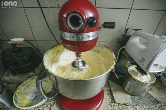 <p> Trứng gà được tuyển chọn, tách lấy lòng đỏ, trộn đường và một số nguyên liệu đặc biệt để tạo nên lớp kem trứng vàng tươi, bông xốp.</p>