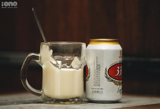 <p> Khác với cà phê trứng được uống nóng, bia trứng phải uống lạnh. Lớp kem trứng đánh bông, vàng tươi, béo ngậy, đổ thêm 1/3 lon bia lạnh, khi đó bọt bia sẽ đẩy lớp kem lên trên. Người uống trộn đều hương vị và thưởng thức.</p>