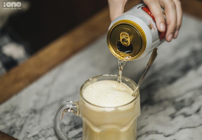 """<p> """"Uống bia trứng nên uống nhanh, tránh để quá lâu bởi kem trứng sẽ bị tan, mất đi hương vị béo ngậy vốn có"""", ông Hòa bật mí. Khách đến quán thưởng thức bia trứng là người trẻ hoặc khách nước ngoài.</p>"""