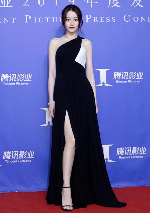 Tối 17/6, Địch Lệ Nhiệt Ba cùng đoàn phim Nhật Nguyệt truyền kỳ tham gia một sự kiện để quảng bá cho dự án điện ảnh này. Nữ diễn viên chiếm spotlight với diện mạo xinh đẹp. Cô mặc bộ đầm lệnh  vai có thiết kế xẻ tà của Celine, khoe chân thon dài quyến rũ.