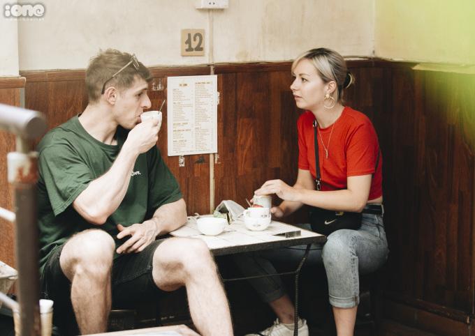 """<p> Lauren Htchens, du khách đến từ Scotland (áo đỏ) khá thích thú với sự hòa quyện giữa bia và trứng. """"Lớp kem trứng béo ngậy kết hợp với bia, chúng thật ngọt ngào, hấp dẫn"""", cô nói.</p>"""
