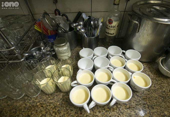 """<p> Chủ quán - ông Nguyễn Chí Hòa (con trai cụ Nguyễn Văn Giảng) cho biết, món bia trứng được gia đình thử làm từ khoảng đầu 2005, lúc đầu chỉ để uống chơi. Mãi sau này khi có bạn đến nhà, ông đánh liều mời loại đồ uống mới này. """"Ai dè ai cũng thích rồi nói với tôi, bia trứng độc đáo như vậy sao không đưa vào menu của quán. Sau đó, tôi quyết định đưa nó đến với nhiều vị khách"""", ông Hòa nhớ lại.</p>"""