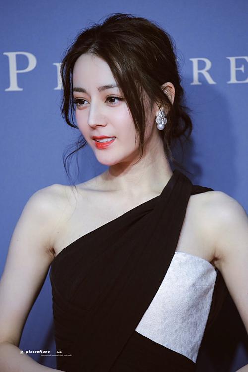 Địch Lệ Nhiệt Ba khiến fan náo loạn vì diện đầm xẻ sexy khoe chân dài - 1