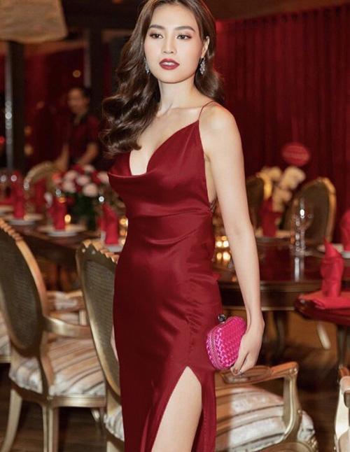 Người đẹp tiếp tục có pha mix không liên quan khi clutch hồng đi với váy đỏ rượu. Chất liệu váy satin cô nàng đang mặc cũng rất dễ gây lộ ngấn mỡ vùng eo.