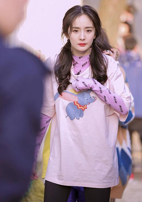 Dương Mịch từng gây chú ý khi có cách mặc đồ layer sáng tạo. Cô diện áo phông ngắn tay bên ngoài, bên trong là áo phông dài tay. Lối mix đồ này gây tranh cãi vì trông khá luộm thuộm, tuy nhiên đây lại là cách nữ diễn viên che chắn nắng rất hiệu quả cho đôi tay.