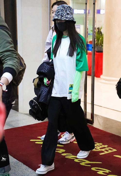 Vào mùa hè, Dương Mịch lăng xê cách mặc đồ này rất nhiệt tình. Công thức quen thuộc của cô là áo phông bên ngoài và áo dài tay phải tông xuyệt tông màu sắc, ngoài ra chiếc áo dài tay cũng có độ ôm nhất định.