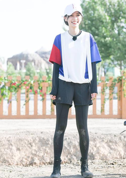 Người đẹp áp dụng cách mặc đồ này tích cực vì thường xuyên phải phơi da dưới nắng khi ghi hình mùa hè.