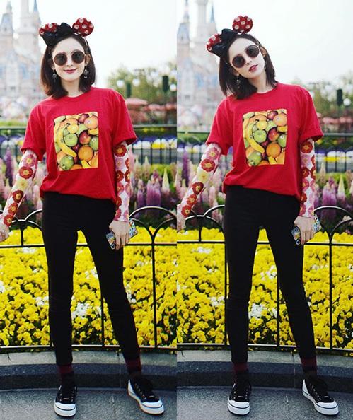Cổ Lực Na Trát mix đồ chơi trội hơn. Diện áo phông đỏ rực, cô còn mặc thêm phía trong một chiếc áo dài tay họa tiết hoa hòe làm điểm nhấn.