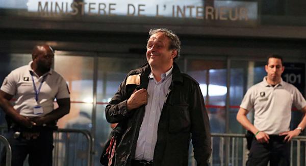 Cựu chủ tịch UEFA, ông Platini rời khỏi đồn cảnh sát.
