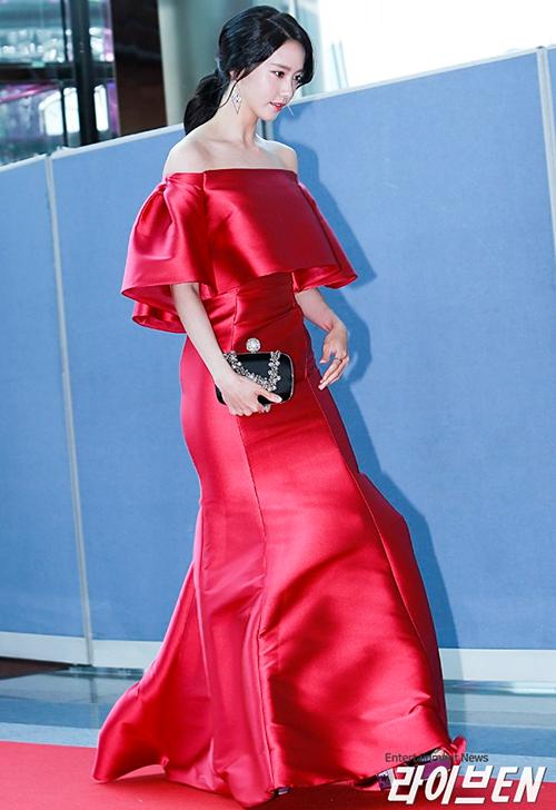 Yoonatừng được Dispatch bình chọn là sao nữ có phong cách thảm đỏ đẹpnhất Kpop. Cô nàng có thân hình cao ráo, mảnh khảnh, phù hợp với những bộ đầm lộng lẫy.