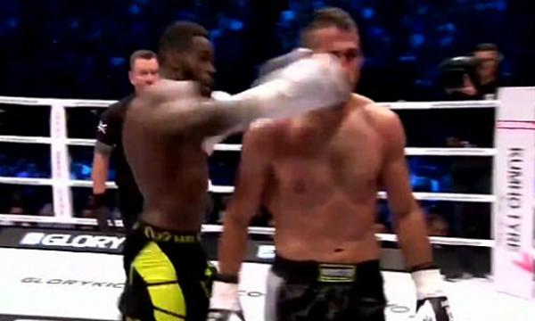 Cú đánh lén từ phía sau của võ sĩ Murthel Groenhart (trái) gây nhiều tranh cãi.