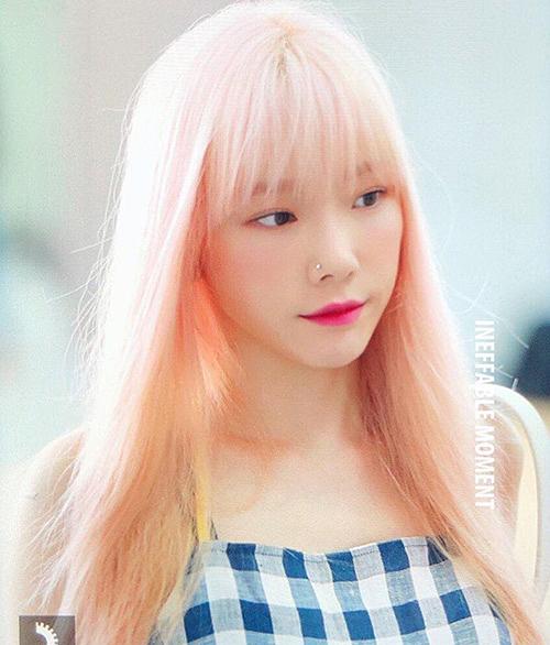 Nhờ làn da trắng sáng, nữ ca sĩ hợp với màu son hồng cánh sen. Netizen khen ngợi trưởng nhóm SNSD xinh đẹp như búp bê.