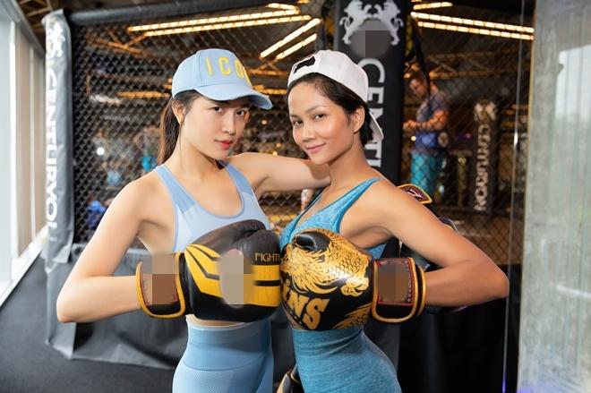 """<p> Chuyển sang tập boxing, cặp đôi ngẫu hứng đối đầu nhau như hai chiến binh cùng khẩu hiệu """"Vàng thật không sợ lửa"""".</p>"""