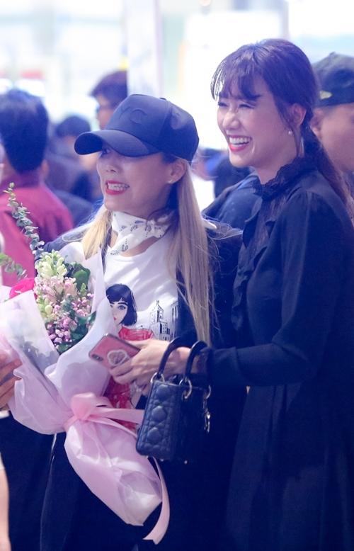 Có mặt để đón tiếp Kim SoHyang là Hari Won. Cô nhiệt tình tặng hoa, giao lưu bằng tiếng Hàn với Kim SoHyang. Giọng ca Anh cứ đi đi cho biết vì Thu Minh đang quá bận cho việc chạy nước rút cho showcase nên đã nhờ mình đi đón diva xứ Hàn.