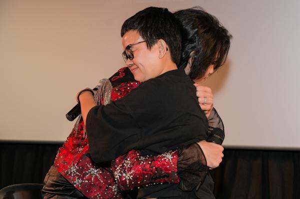 Lắng nghe những lời nhận xét, lời khen có cánh của cô giáo, Quang Trung không kìm được nước mắt. Cả hai trao cho nhau cái ôm nồng ấm. Quang Trung liên tục nói lời cảm ơn đến Phương Uyên.