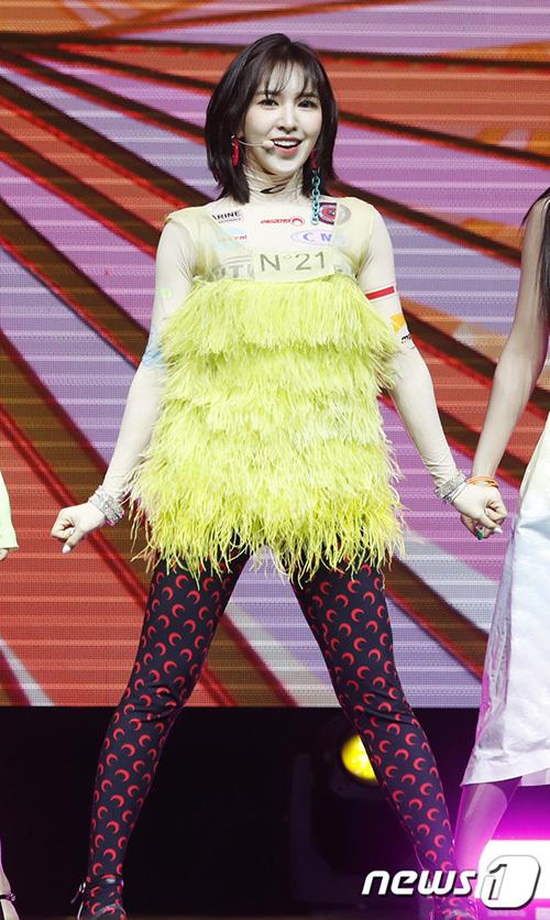 Kiểu áo lông của Wendy ban đầu là một chiếc túi, stylist đã chỉnh sửa để biến nó thành một chiếc áo, phối với legging in hình mặt trăng.