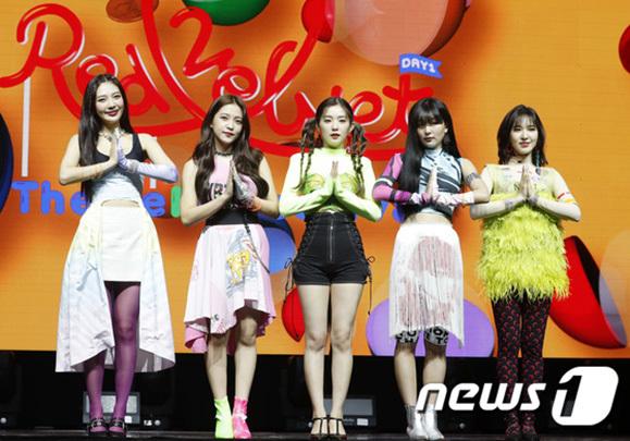Red Velvet tổ chức cuộc họp báo giới thiệu album The Reve Festival Day 1 vào 19/6. Nhóm nhạc nhà SM nổi tiếng là nữ hoàng của đợt comeback mùa hè. Người hâm mộ đây sẽ là một ca khúc gây nghiện như Red Favor, Power Up.