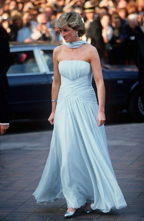Lần duy nhất Diana xuất hiện trên thảm đỏ LHP Cannes là năm 1987. Đến nay, bộ đầm xanh pastel bà mặc thời điểm đó vẫn được xem là một trong những trang phục đáng nhớ nhất của sự kiện này.Năm 2013, mẫu váy này từng được bán đấu giávới giá 81.000 bảng (tương đương 2,4 tỷ đồng).