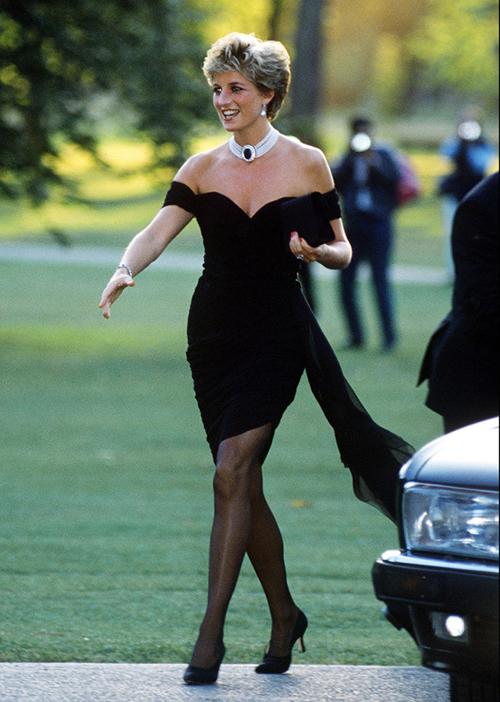 Lý do bộ đầm được yêu thích vì nó còn được mệnh danh như chiếc váy trả thù của Công nương quá cố.Diana mặc tại sự kiện của tạp chí Vanity Fair mùa hè năm 1994, vào đúng ngày mà Charles thú nhận ngoại tình. Để thể hiện một vẻ đẹp tự tin, kiêu hãnh, Diana đã diện lại bộ váy cũ, tuy nhiên vén cao phần tà để khoe đôi chân, giúp diện mạo càng thêm quyến rũ. Nhiều chuyên gia khẳng định thông qua chiếc váy này, Diana đã tự phá vỡ những quy tắc cũ, mở ra một trang mới trong cuộc đời và cả phong cách ăn mặc.