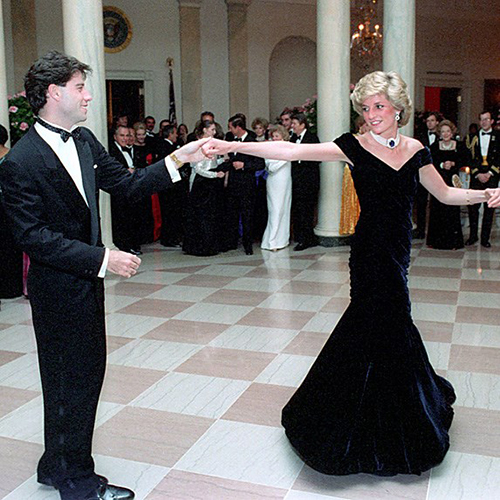 Hầu hết những trang phục Công nương Diana từng mặc đều được bán với giá rất đắt đỏ. Chiếc váy bà mặc đến một buổi tiệc ở Nhà Trắng năm 1985 được xem như bộ đầm bất hủ bậc nhất. Thiết kế Victor Edelstein từng được bán trong một buổi đấu giá hồi năm 1997 với giá 100.000 bảng Anh (hơn 2,9 tỷ đồng), sau đó được đấu giá một lần nữa vào năm 2013 với mốc 240.000 bảng Anh (hơn 7 tỷ đồng).