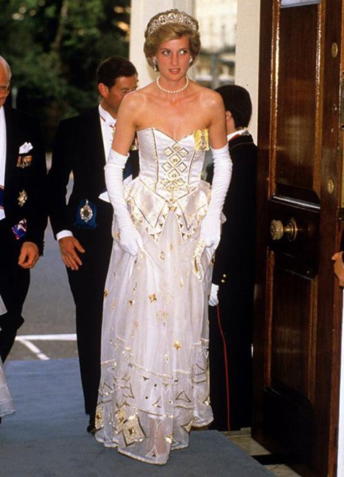 Thiết kế chiffon của Catherine Walker - người sáng tạo nên hàng nghìn trang phục cho Công nương Diana - cũng được xem như một trong những outfit đáng nhớ nhất của bà. Công nương từng diện bộ váy này hai lần. Giá của nó được bán đấu giá sau này là 125.000 USD (hơn 2,9 tỷ đồng).