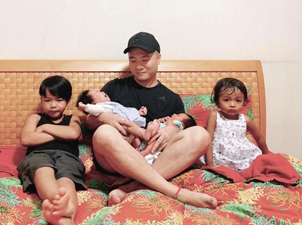 Chỉ trong một thời gian ngắn, Đỗ Mạnh Cường nhận nuôi liên tục ba bé mồ côi và trở thành ông bố bốn con.