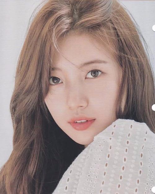 Trung thành với phong cách makeup trong veo, Suzy thường chọn kiểu kẻ mắt mỏng manh, nhằm toát lên vẻ ngây thơ, thuần khiết.