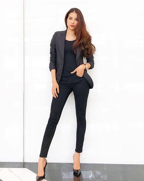 Diện skinny jeans đen, Phạm Hương chứng minh có đôi chân thẳng, dài.