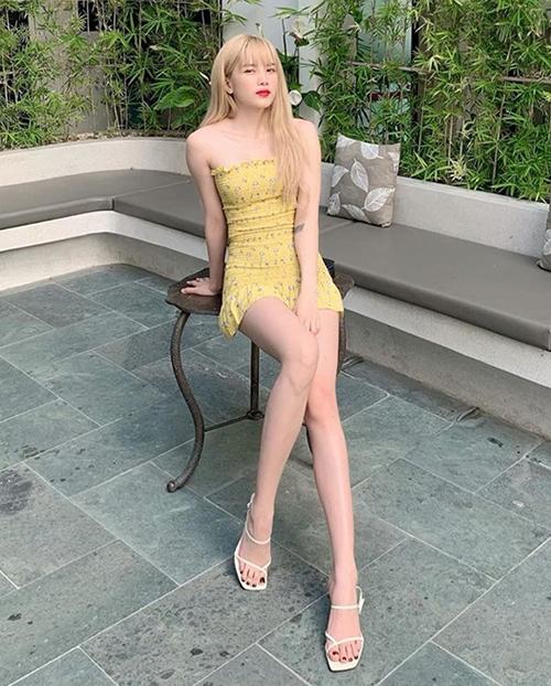 Váy quây siêu ngắn tông vàng chanh giúp Thiều Bảo Trâm khoe làn da trắng và vóc dáng quyến rũ.