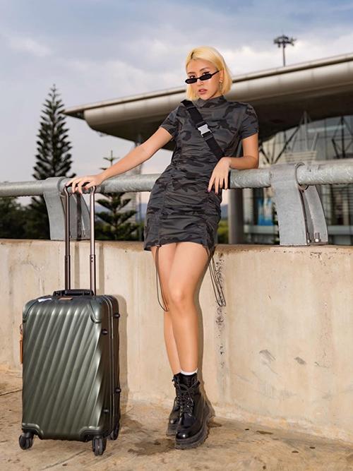 Quỳnh Anh Shyn trung thành với phong cách cool ngầu kiểu Âu Mỹ. Cả khi ra sân bay, cô nàng vẫn phải ăn vận thật chỉn chu.