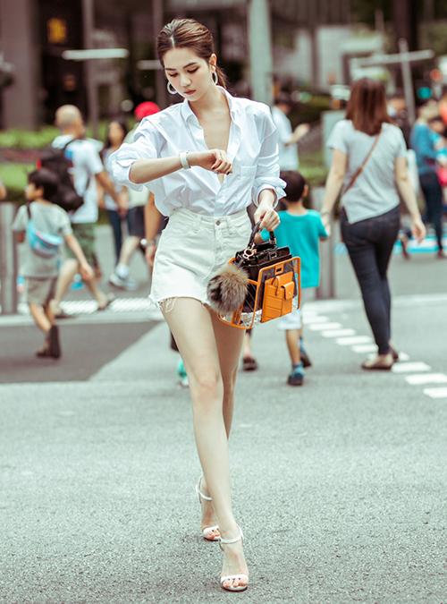Ngọc Trinh xách chiếc túi hiệu Fendi mới sắm sải bước trên đường phố Singapore. Váy ngắn giúp cô khoe đôi thon dài.