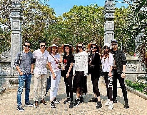Việt Anh (thứ hai từ trái sang) đi chơi cùng hội bạn thân của Quỳnh Nga.