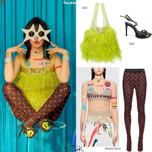 Chiếc áo lông màu vàng chóe của Wendy (Red Velvet) đang trở thành đề tài được bàn luận sôi nổi trên các diễn đàn Kpop. Thực chất đó là một chiếc túi, stylist của nhóm đã thay đổi bằng cách cắt ngắn dây, biến hóa thành một chiếc áo độc nhất vô nhị.