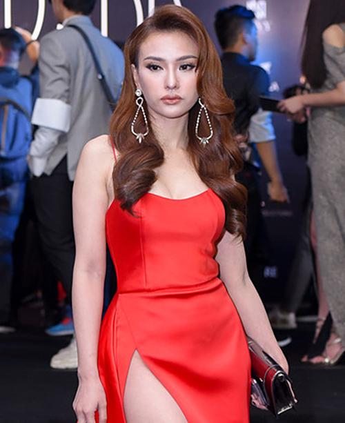 Xuất hiện trong show Xuân Hè 2018 của nhà thiết kế Đỗ Long vào ngày 24/6, ca sĩ khiến nhiều người ngỡ ngàng với chiếc mũi sưng phồng.