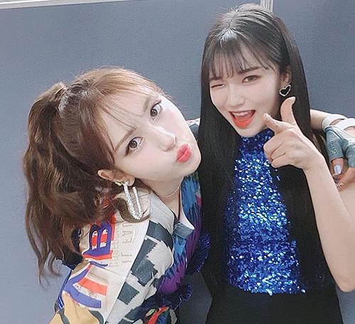 Somi chụp ảnh cùng cô gái gây sốt trong phần trình diễn.
