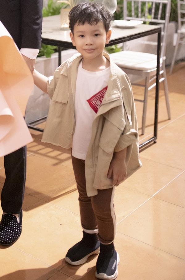 """<p> Bé Henry năm nay hơn 3 tuổi, rất hiếu động. Cậu bé gọi Kin Nguyễn là """"ba"""" từ lâu.</p>"""
