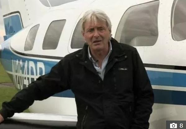 Phi công David Henderson bị cảnh sát triệu tập để điều tra.