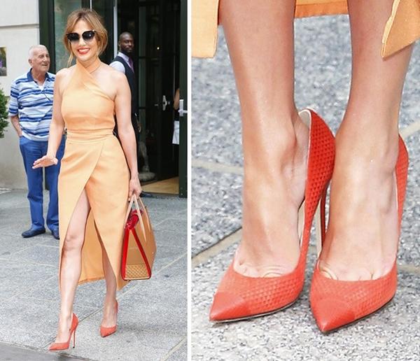 Khi đi sự kiện, các người đẹp thường xuyên phải đứng suốt nhiều tiếng đồng hồ. Mẹo của nhiều người để mũi chân không bị cọ vào giày đau đớn là dùng giày cao gót rộng hơn chân 1 size. Chiêu này đồng thời giúp gót chân không bị trầy xước nếu đi giày mới.