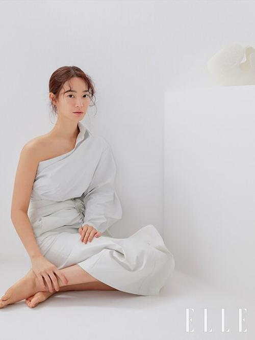 ...và Shin Min Ah biến hóa phong cách trên ELLE.