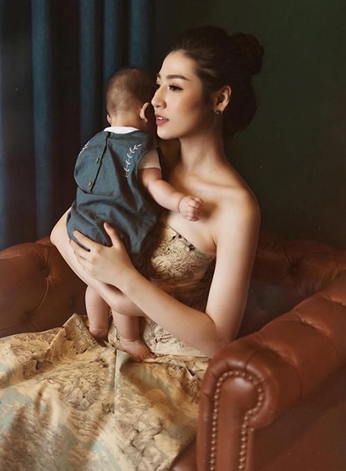 Tú Anh chụp hình cùng con trai đầu lòng kỷ niệm tuổi 26. Đến thời điểm này, Á hậu vẫn chưa công khai mặt con.