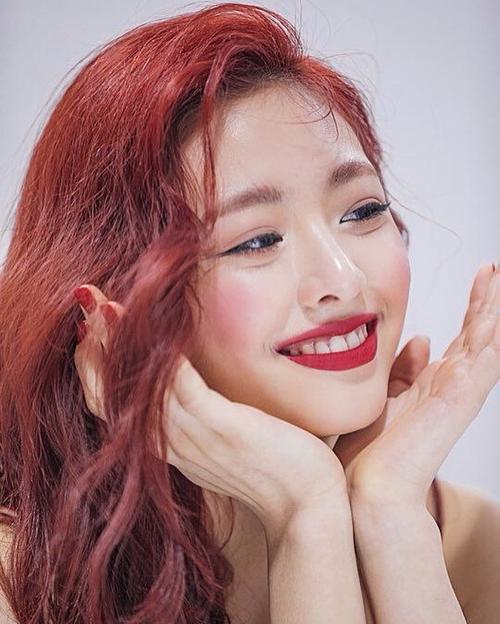 Màu son đỏ hồng đậm đà MAC Powder Kiss Lipstick Work Workbook có giá 610k giúp Yuna tôn làn da trắng. Ngoài ra, không ít netizen cho rằng, thành viên nhóm Itzy với lối makeup này trông xinh đẹp, gợi cảm hơn thường lệ.