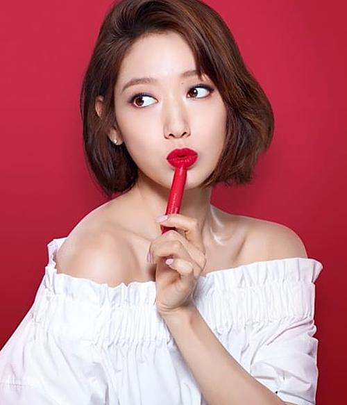 Dù trung thành với phong cách trang điểm tự nhiên, nhưng Park Shin Hye cũng có đôi lần