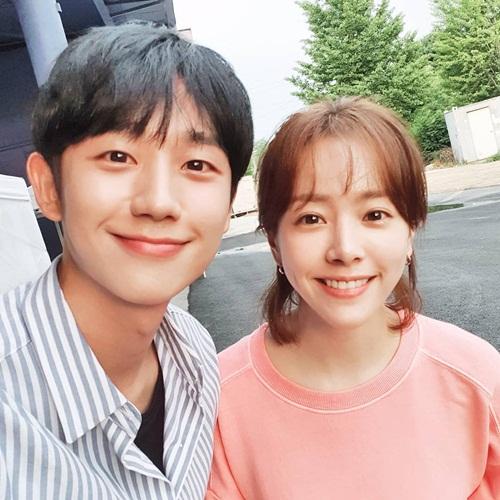 Jung Hae In vui vẻ bên đàn chị Han Ji Min trên trường quay One Spring Night.