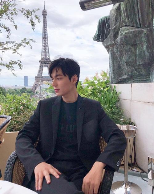 Lee Min Ho đóng bộ vest bảnh bao tạo dáng ở Paris.