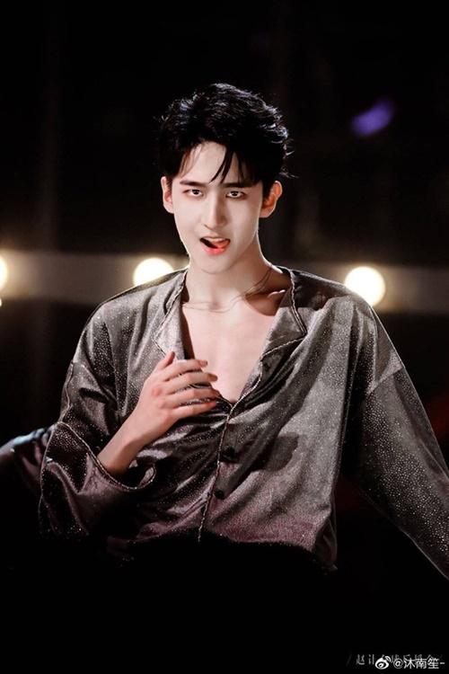 Triệu Nhượng sinh năm 2001, là một trong những thành viên nhỏ tuổi nhất nhưng lại gây ấn tượng nhờ hình thể sexy, đầy nam tính.