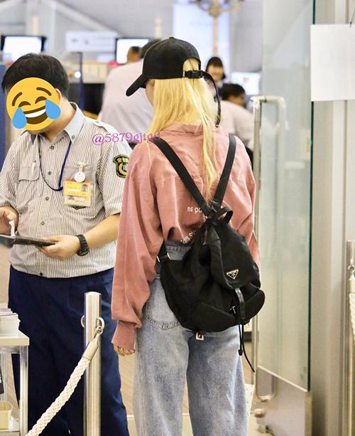 Diện outfit bụi bặm tại sân bay, Sana kết hợp thêm chiếc balo đen của Prada trị giá 28,8 triệu.