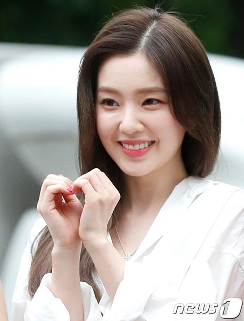Irene tạo dáng trái tim gửi đến fan. Cô nàng luôn hút ánh nhìn bởi nhan sắc xinh đẹp.