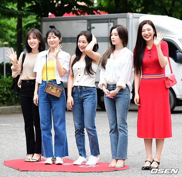 Sáng sớm 21/6, Red Velvet xuất hiện tại trường quay KBS chuẩn bị ghi hình Music Bank. Các cô gái trang điểm nhẹ, diện trang phục thoải mái, giản dị. Nhóm đang trong thời gian quảng bá Zimzalabim, ca khúc nằm trong album mới The Reve Festival: Day 1.
